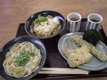 かけうどん、ぶっかけうどん、マイタケの天ぷら、ちくわ磯部揚げ、角島産わかめおにぎり