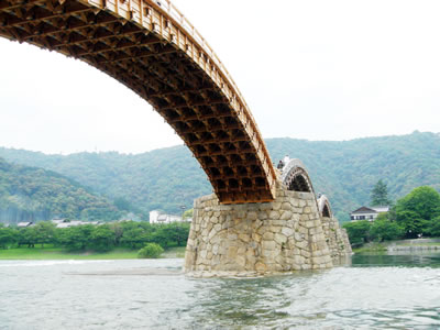 色もまだ新しいかんじの錦帯橋