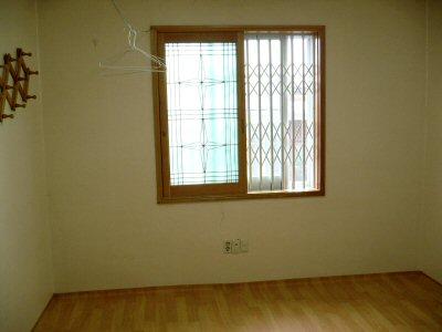 部屋はこんなかんじです。窓に格子が入ってます。
