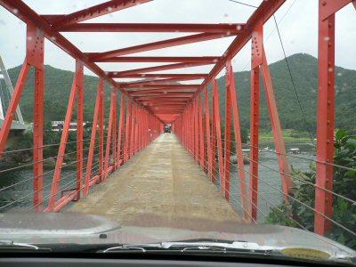 車一台ぎりぎりの幅のチョド橋