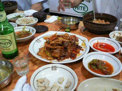 相当食べかけのドゥルチギ(肉野菜炒め)とピビンパプ・・・とソジュ