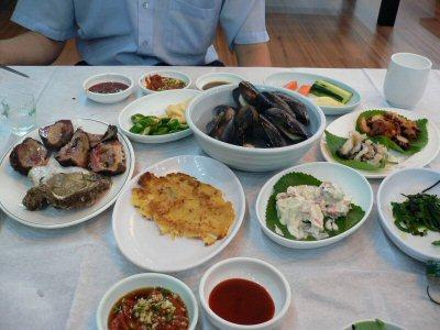 左から岩牡蠣、岩ホヤ、チヂミ、ムール貝、サラダ、サザエ、ホヤ、ワカメ