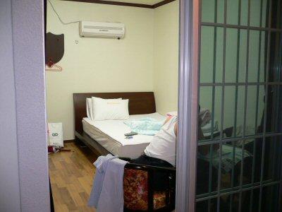 ベランダから一泊3000円の部屋を見たところ。