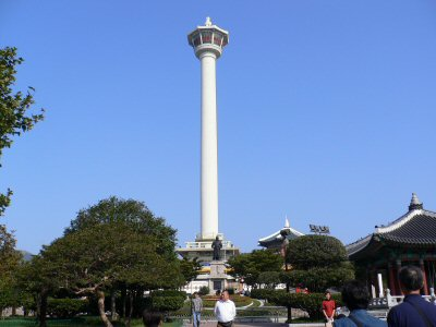 龍頭山タワーと李舜臣の銅像