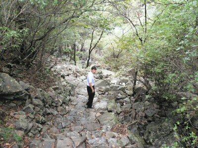これは帰り道ですが、岩でできた道を350メートル登ります。