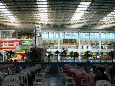 人はいませんでしたが、釜谷ハワイはこんな大きな施設です。