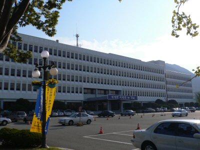 天気が良かったので、職場の外観を撮ってみました。「世界へ 未来へ ニュー慶南」と書いてあります。