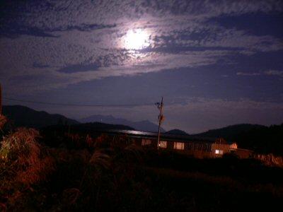 秋夕前日の韓国の満月。ちょっと鱗雲がかかって残念。