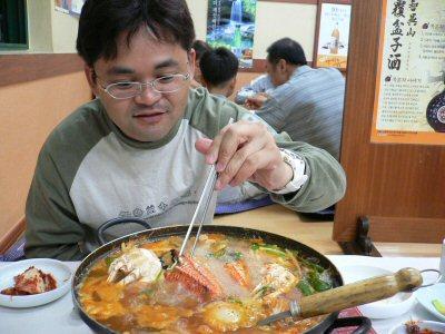 辛そうなカニ鍋。一緒に入ってる野菜にいい味がしみてます。横には持ち込んだマッコリが・・・