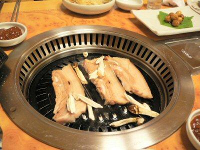 この分厚い豚肉を、ハサミで切って食べます。脂は下に落ちるので、食べやすいです。小さいのは、マツタケ。