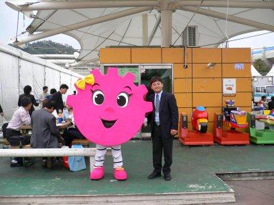 慶尚南道のマスコット、キョンイと記念撮影。