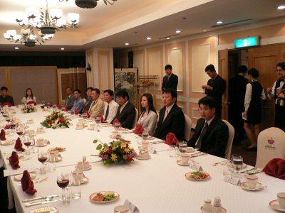 広報ブースの晩餐会。ベトナム、ロシア、メキシコ、日本、韓国の共通語は英語とお酒でした。