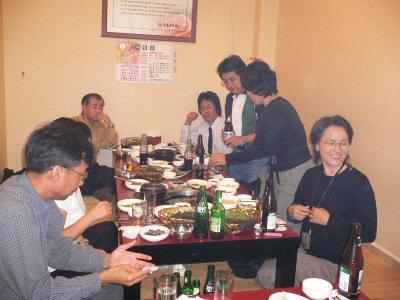 デジカルビを食べながら、通訳の方たちも交えての慰労会でした。みなさん、お疲れ様。