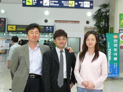 金海空港で、キムさんとハンさんと記念写真。