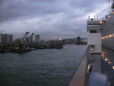 すっかり夕方の釜山港。沖で停泊してるように見えたけど、実は着岸してました。
