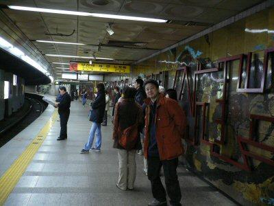 地下鉄の南浦洞駅の空腹な人々