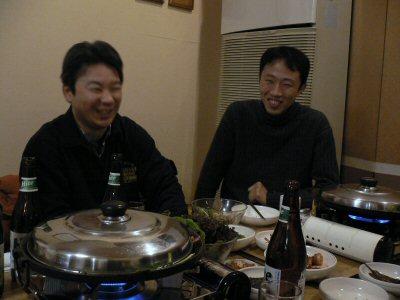 三五亭にて、やっと食事にありつけて、満面の笑み
