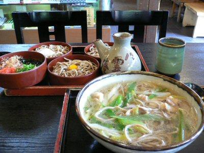 割子蕎麦と鴨南蛮。日本酒が欲しくなります。