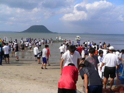 地引き網なのに、泳いでる人多数。