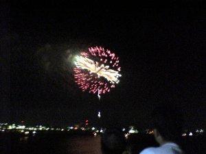 携帯のカメラで花火を撮ってみました。思ったよりは見れるかな?