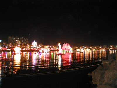 開天芸術祭で、南江に浮かんでいる提灯