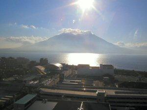 ホテル13階、展望風呂更衣室から見た、朝日に輝く桜島